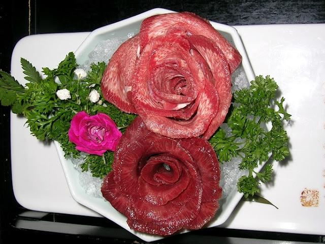 お皿にバラの花のように綺麗に盛り付けられた牛タン