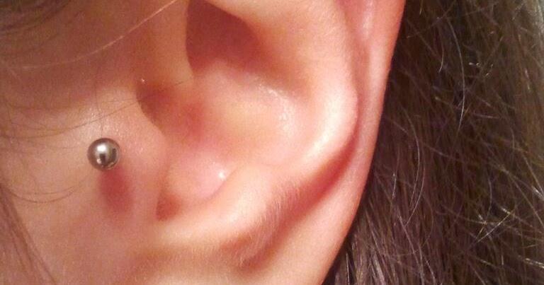 bola de pus piercing oreja