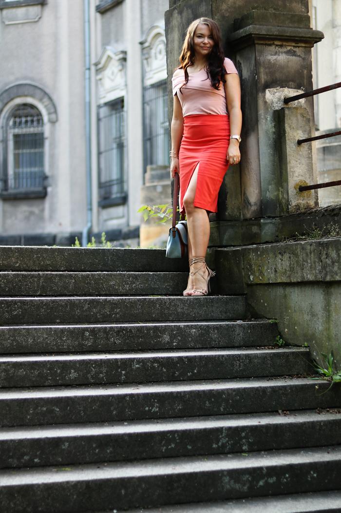 http://www.monikabregula.pl/2017/07/stylizacja-z-pomaranczowa-spodnica.html