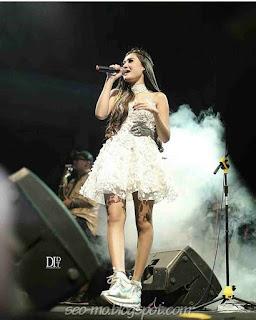 Foto Nella Kharisma Bernyanyi Diatas Panggung