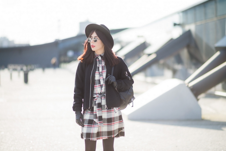 styl grunge stylizacja z sukienką w kratę i kapeluszem
