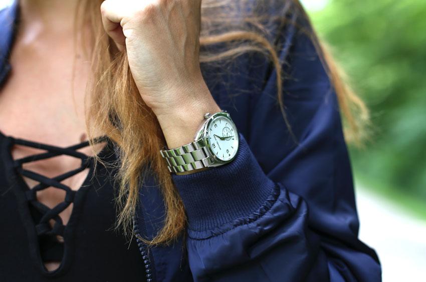 Bomberjacke Lace-Up Body und Jeans Uhr