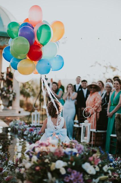 casamento real, casamento a céu aberto, casamento no jardim, casamento no campo, passarela de espelho, flores do campo, cerimônia, decoração de cerimônia, varal de lâmpadas, relicário, buquê da noiva, bouquet, vestido de noiva, vestido de renda, villa giardini, noivos no altar, véu e grinalda, dama de honra, daminha, balões de gás