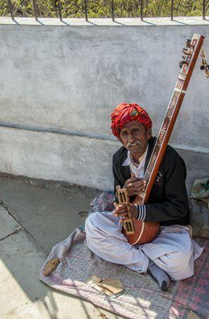 A local musician at Kalo Dungar