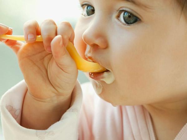 Nên cho bé ăn váng sữa hay sữa chua là tốt nhất