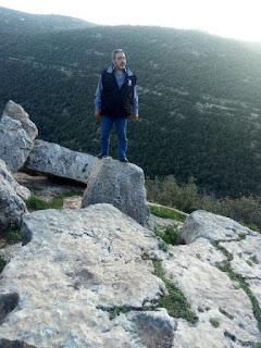 سمير الصمادي فوق الصخور المطلة على الطبيعة