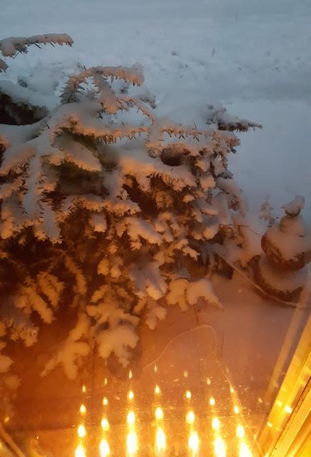 Es leuchtet bei uns an den früh dunkelnden Tagen auch nach Weihnachten noch