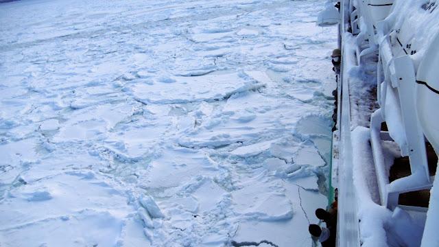 北海道の網走で見た流氷を砕きながら進むおーろら号