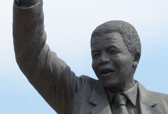 Primăria Capitalei va amplasa într-o piaţă sau într-un parc o statuie a fostui lider sud-african Nelson Mandela
