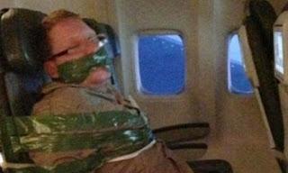 Έδεσαν επιβάτη αεροπλάνου με μονωτική ταινία