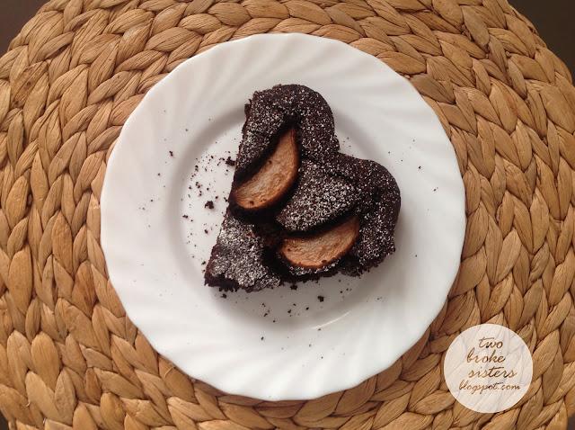 czekoladowe ciasto z gruszkami i winem twobrokesisters