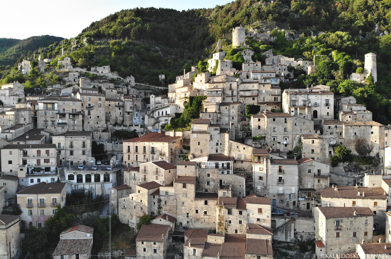 Topografia miasteczka Pesche widziana z drona