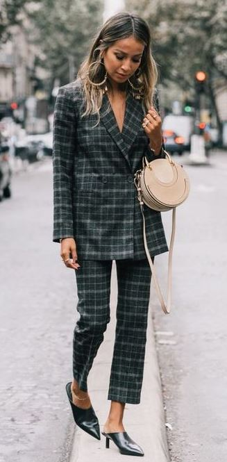 stylish look | plaid suit + heels + nude round bag