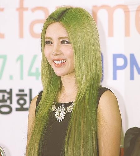 Màu tóc xanh rêu pha vàng nổi bật