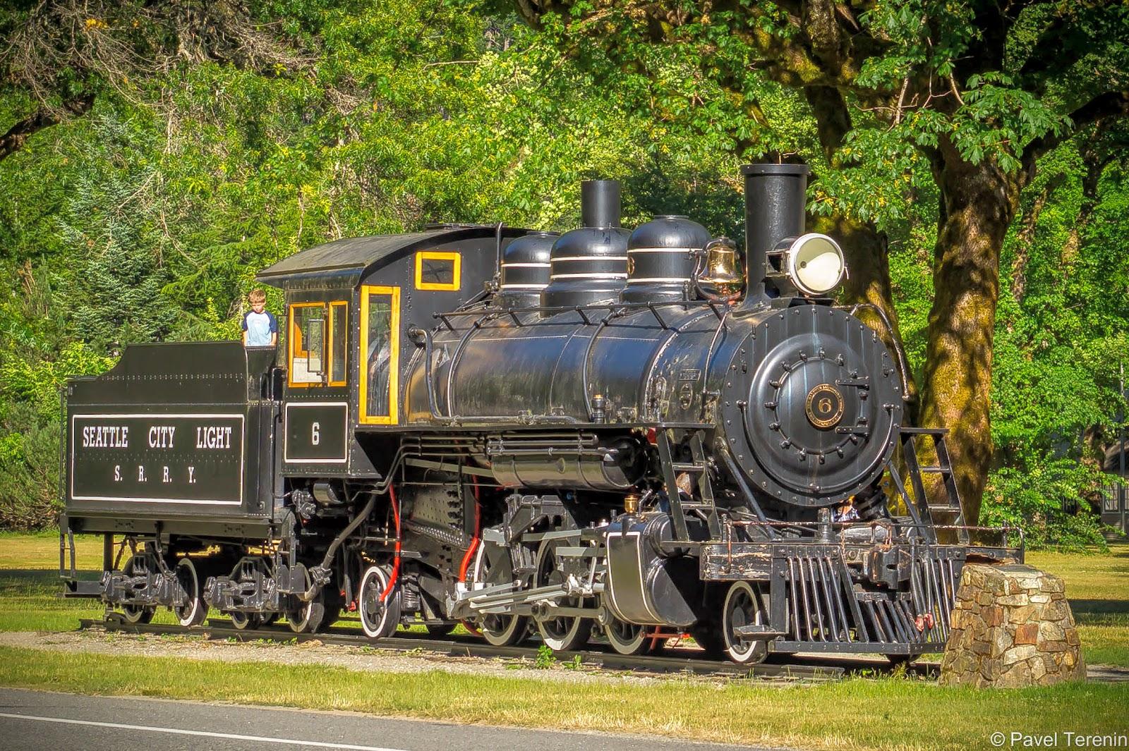 Городок Ньюхолем расположен сразу на выезде из Каскадных гор. Тут есть интересный памятник-локомотив.