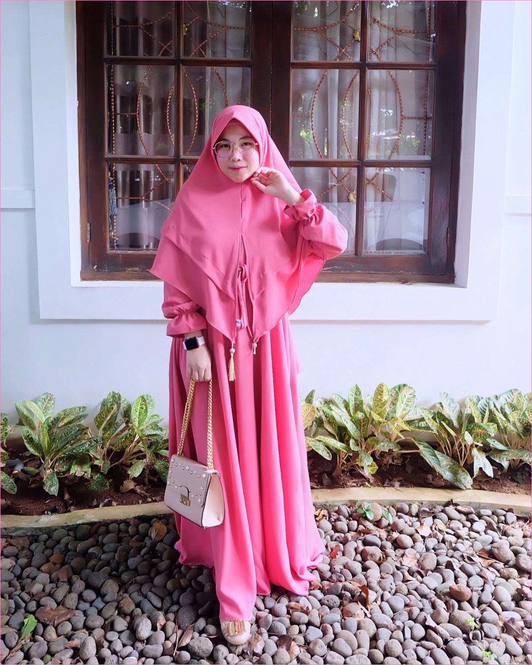Outfit Baju Gamis Berhijab Ala Selebgram 2018 gamis abaya pink tua hijab kerudung syar'i high heels flatshoes loafers and slip ons krem muda ciput rajut trendy terbaru 2018 ootd outfit selebgram jam tangan hitam slingbags