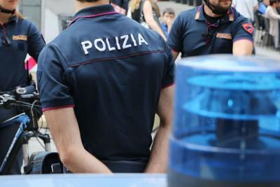 polizia fa compagnia anziana
