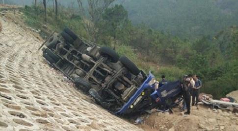 Gia Lai: Xe tải lật tại đèo Mang Yang, tài xế kẹt trong cabin gần 3 giờ