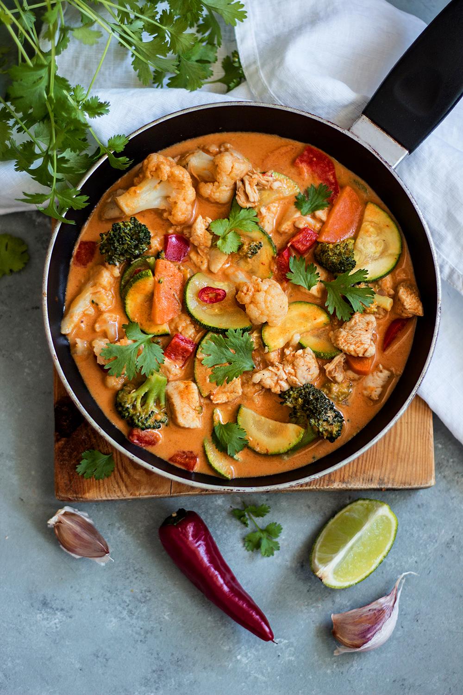 Czerwone curry z warzywami i kurczakiem