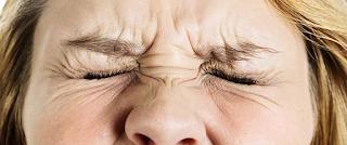 आँख के दर्द से परेशान