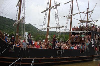 Barco Pirata na Praia de Laranjeiras - Balneário Camboriú - SC