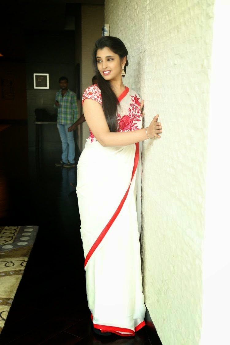 CAPAnchor Shyamala Hot Photos in Beautiful White Saree
