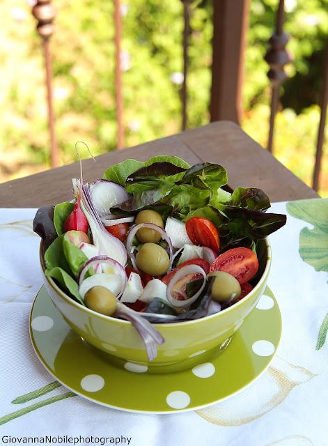 Tris di insalate: caprese con varietà di pomodori, misto di frutta e verdua con ribes e prosciutto crudo, insalata mista