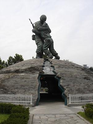 อนุสาวรีย์สองพี่น้อง (Statue of Brothers) - อนุสรณ์สถานสงครามเกาหลี (War Memorial of Korea)