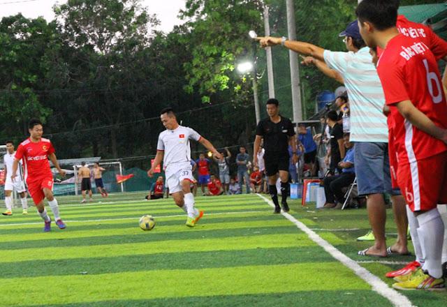Ban huấn luyện Bắc Việt FC chỉ đạo liên tục các cầu thủ ngoài đường biên