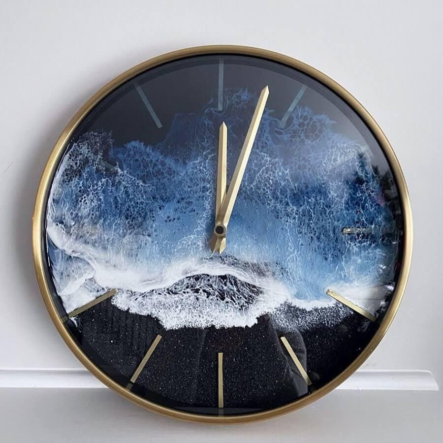 02-clock-Rivka-Wilkins-Realistic-Ocean-Resin-Paintings-www-designstack-co