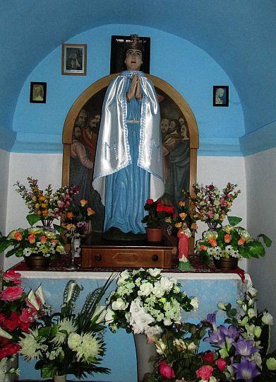 Figura Matki Bożej we wnętrzu kapliczki z 1908 roku.