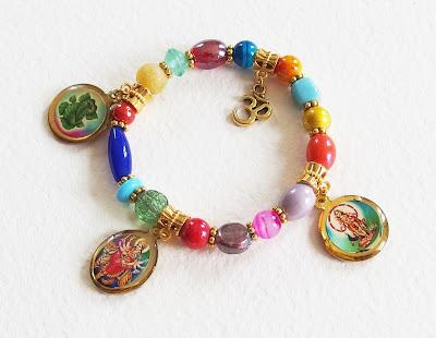https://www.alittlemarket.com/bracelet/fr_bracelet_bollywood_hippie_sous_la_protection_de_durga_perles_de_verre_perles_magiques_breloques_dore_et_multicolore_-16677503.html