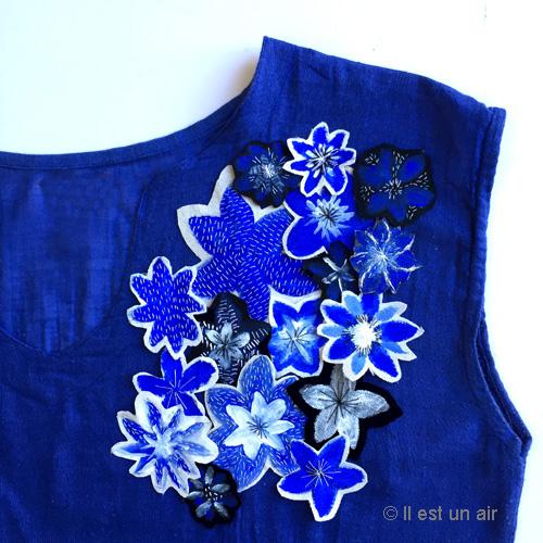 fleurs bleues peintes et brodées