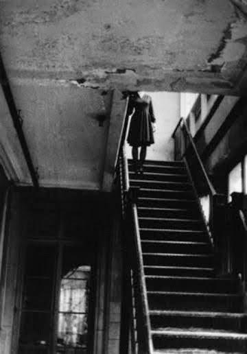 la niña de la escalera