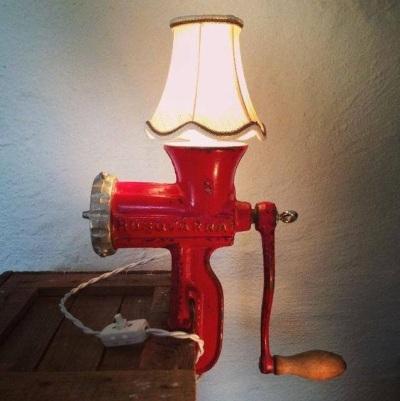 """Lampu meja yang disebut """"Lady in Red"""" ini terbuat dari penggiling daging Husqvarna warna merah."""