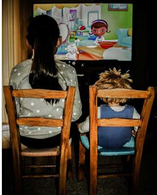 ninos viendo tv