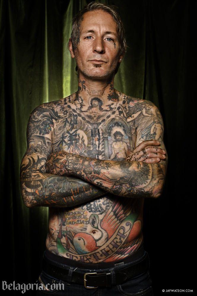 Un hombre con tatuajes de la mafia rusa