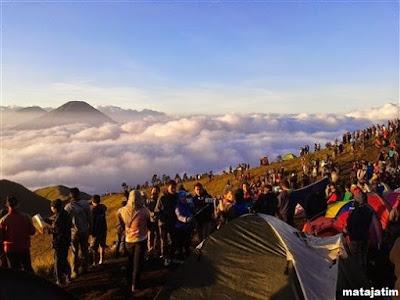 wisatawan di puncak gunung prahu dieng wonosobo