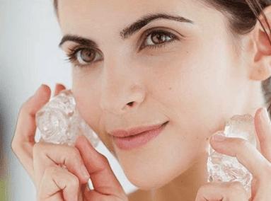 Merawat wajah dengan es batu