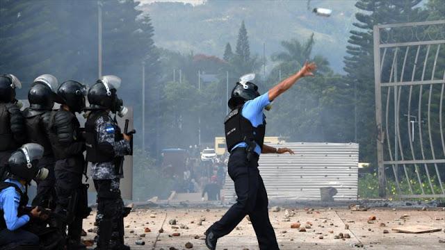 Policía hondureña reprime marcha opositora con gases lacrimógenos