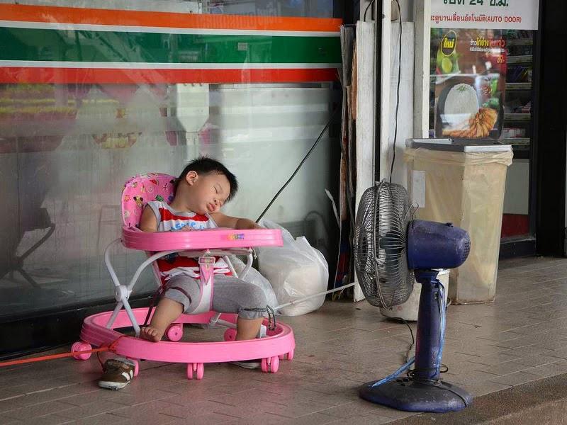 Тайский ребенок спит под вентилятором