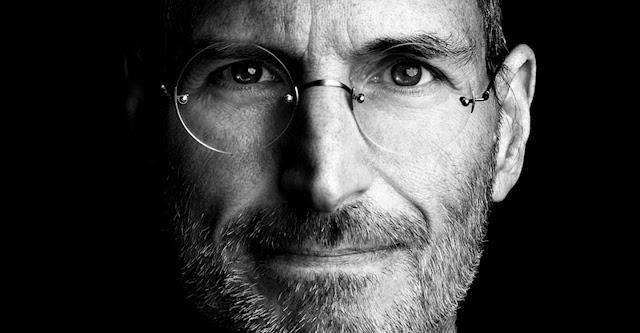 Fils d'une mère américaine, Joanne Carole Schieble, et d'un père syrien, Abdulfattah John Jandali, professeur de sciences politiques, le créateur d'Apple, Steve Jobs est né à San Francisco en Californie. Il fut adopté peu après sa naissance par Paul Jobs et Clara Jobs vivant à Mountain View en Californie.