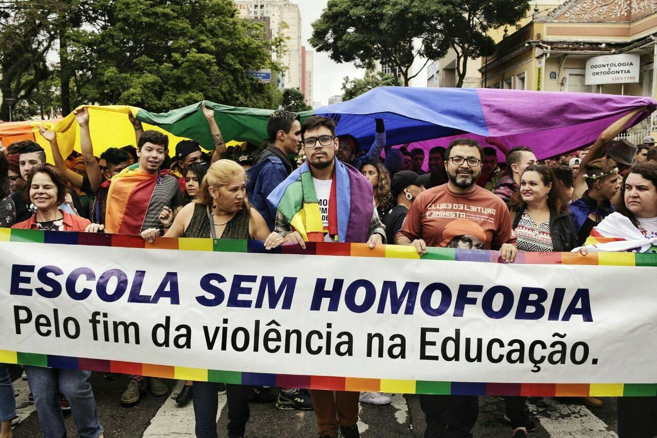 Parada da Diversidade LGBTI reúne milhares de pessoas em Curitiba