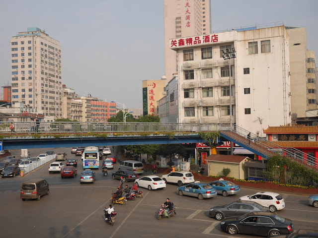 Vehicles entering Yuanda 1st Road (远大一路)