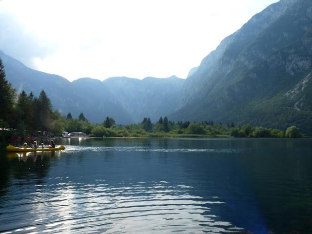 Foto del Lago Bohinj junto camping Zlatoroj. Piraguas, deporte. Ruta en autocaravana por Eslovenia. Viajar con niños a Eslovenia | caravaneros.com