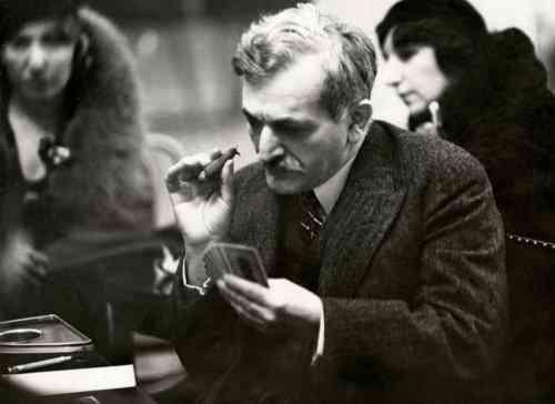 Extraite des archives nationales néerlandaises, une photo de l'ex-champion du monde d'échecs Emanuel Lasker, jouant au bridge à Londres le 18 février 1932