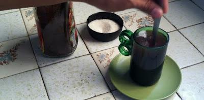 Cómo hacer tazas para café DIY con botellas de vidrio recicladas