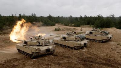 Tanques Abrams M1 disparan durante un ejercicio militar de la OTAN en el municipio de Adazi, en Letonia, 11 de junio de 2016.