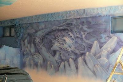 Artystyczne malowanie ściany w klubie, biomechanika, mural UV