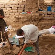 В богатой гробнице раскопали 63 скелета в куче золота